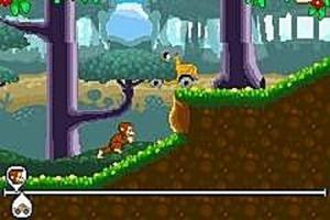 Curious George se  balance d'arbre en arbre