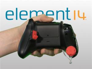 Une manette Xbox One à une main