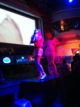 Danseuses court vêtues : scandale et démissions à l'IGDA