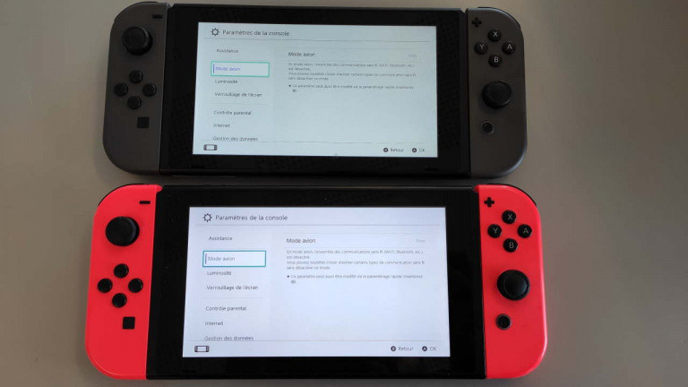 En haut, la nouvelle Switch, en bas, l'ancien modèle.