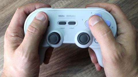 Test 8bitdo SN30 Pro + : La manette neo-retro ultime pour Switch et PC ?